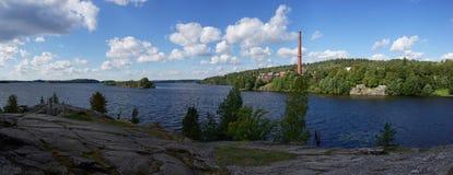 Usine de Tampere sur la vue panoramique de rivage de lac Images libres de droits