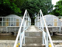 Usine de traitement des eaux résiduaires avec des escaliers Photos libres de droits