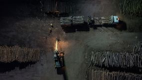 Usine de travail du bois Chargement la forêt dans le camion Photographie aérienne de nuit photographie stock