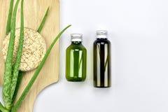 Usine de Vera d'aloès, produit de beauté naturel de soins de la peau, récipients cosmétiques de bouteille avec les feuilles de fi Photos stock