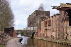 Usine et bâtiments industriels reconstitués à côté de canal, Charger-sur-Trent Image libre de droits
