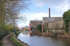 Usine et bâtiments industriels reconstitués à côté de canal, Charger-sur-Trent Images stock