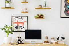 Usine et ordinateur de bureau sur le bureau en bois dans l'interi du ` s d'indépendant photos stock