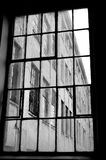 Usine historique de fenêtre en noir et blanc images stock