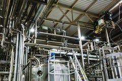 Usine moderne de bière, concept de brasserie Réservoirs en acier pour la production de bière Fond industriel photos stock