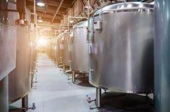 Usine moderne de bière Petits réservoirs en acier pour la fermentation de la bière photo stock
