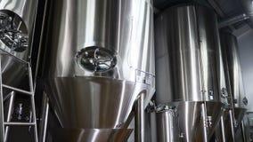 Usine moderne de bière Réservoirs en acier énormes pour la brassage de bière, fermentation dans des réservoirs d'une brasserie av banque de vidéos