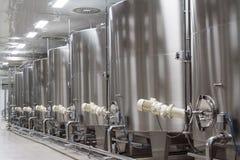Usine moderne de vin avec de grands réservoirs pour la fermentation photo stock