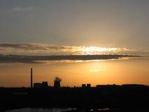 Usine noire de découpe à l'aube/au coucher du soleil image libre de droits