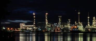 Usine pétrochimique de raffinerie de pétrole Images libres de droits