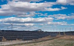 Usine photovoltaïque et d'énergie éolienne photographie stock libre de droits