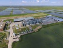 Usine pour le séchage et le stockage du grain Vue supérieure Terminal de grain photographie stock libre de droits