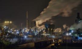 Usine sidérurgique la nuit à Duisbourg, Allemagne Photographie stock libre de droits
