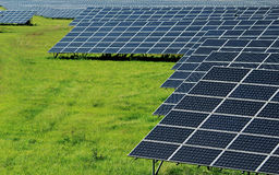 usine solaire de puissance sur le champ vert Images libres de droits
