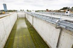 Usine urbaine moderne de traitement des eaux résiduaires image stock