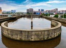 Usine urbaine moderne de traitement des eaux résiduaires sous le ciel bleu photographie stock libre de droits