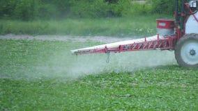 Usines agricoles de pulvérisation avec des engrais ou des produits chimiques sur les plantations industrielles banque de vidéos
