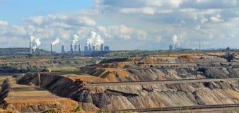 Usines de centrale à charbon de Brown sur l'horizon images stock