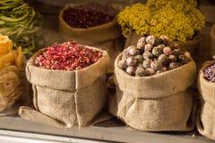 Usines de fines herbes sèches dans des sacs dans des sacs Photos stock