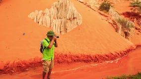 Usines de touristes de photos contre des roches de Fée-courant banque de vidéos
