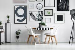 Usines et cruche sur la table photos stock