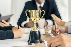 Usiness drużynowa szczęśliwa zgoda i pomyślna biznes drużyna nagradzający dla biura w fotografia stock
