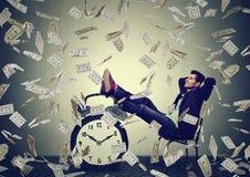 Usiness-Mann, der in seinem Büro unter dem Geldregen macht Dollarscheine sich entspannt Stockfotografie