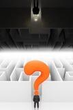 Usinessman framme av labyrint, uppochnervänt begrepp Arkivfoto