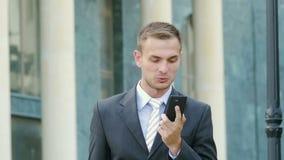 Usinessman sprechend am Telefon und sehr verärgert stock footage