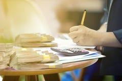 Usinessmen ondertekent financiële contracten een Officieel Document stock fotografie