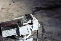 Usinez la mécanique sur la table dans le garage Le frottement magique articulant arment la grande agrafe superbe de pinces de cra photographie stock