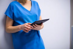 Using Digital Tablet In医生医院 免版税库存图片