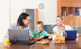 Using electronic devices during breakfast Royalty Free Stock Photos