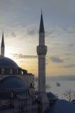 从uskudar的Bosphorus视图与清真寺剪影,伊斯坦布尔,火鸡 免版税库存图片