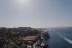Uskudar και ιστορική χερσόνησος περιοχών παραλιών της Ιστανμπούλ με τον κηφήνα Στοκ φωτογραφία με δικαίωμα ελεύθερης χρήσης