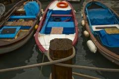 Uskudar coloreó los barcos en Bosphorus, Ä°stanbul imagenes de archivo