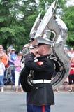 Usmc-Marinekräfte heben das Band auf, das Tubas spielt Stockbild