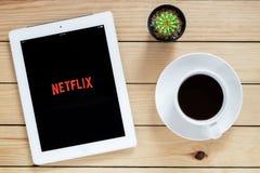 Uso abierto de IPad 4 Netflix Imágenes de archivo libres de regalías