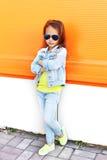 Uso alla moda del bambino della bambina occhiali da sole e vestiti dei jeans Immagini Stock Libere da Diritti