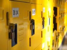Uso amarelo do active dos cacifos do estudante Fotografia de Stock Royalty Free