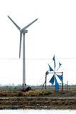 Uso antico e nuovo del mulino di vento per il movimento l'acqua di mare Immagini Stock Libere da Diritti
