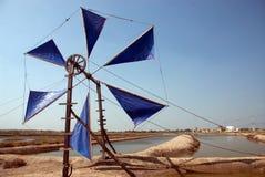 Uso antigo do moinho de vento para o movimento a água do mar no campo de sal Fotografia de Stock Royalty Free