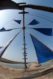 Uso antiguo del molino de viento para el movimiento la agua de mar en el campo de la sal Foto de archivo