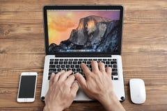 Uso Apple MacBook Pro degli uomini Immagini Stock