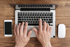 Uso Apple MacBook Pro dos homens Imagens de Stock