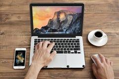 Uso Apple MacBook Pro dos homens Imagem de Stock Royalty Free