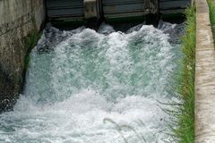 Uso artificial da represa e da cachoeira para molhar do campo Imagens de Stock Royalty Free