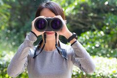 Uso asiático da mulher do binocular Fotografia de Stock Royalty Free