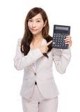 Uso asiático de la empresaria de la calculadora fotos de archivo libres de regalías