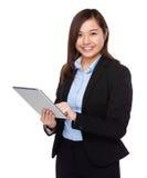 Uso asiático de la empresaria de la PC de la tableta Foto de archivo